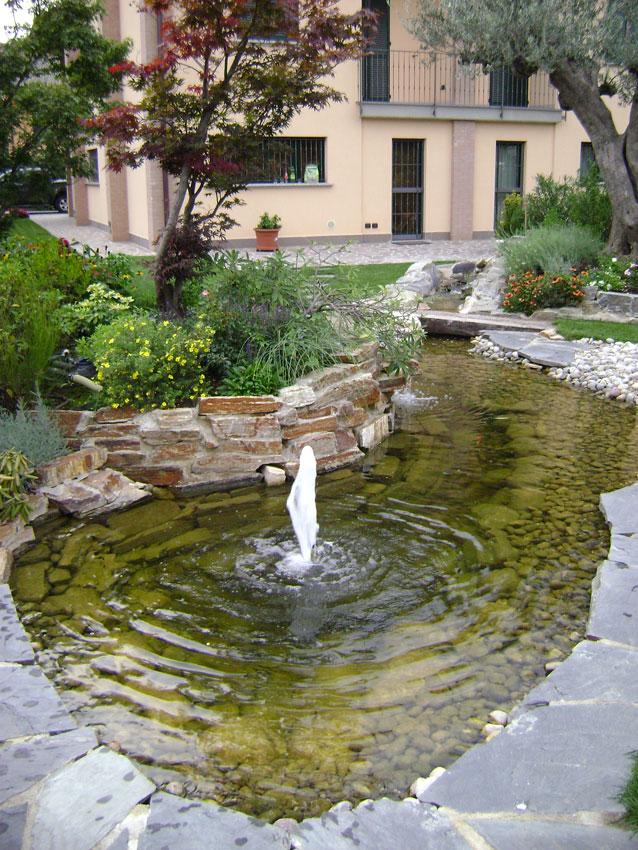 Realizzazione di laghetti artificiali e giochi d 39 acqua per for Laghetti nei giardini